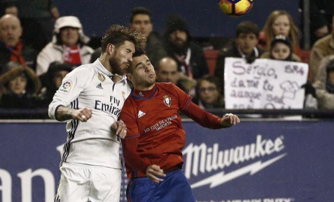 Jaime y Ramos pugnan por un balón aéreo en El Sadar.