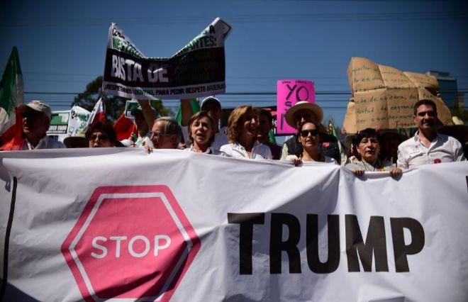 Manifestantes contra Trump, durante la marcha celebrada en México DF.
