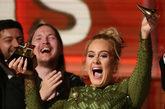 Adele rompió su Grammy a Canción del Año que dedicó a Beyonce