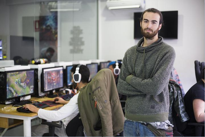"""Gonzalo posa en """"Elite Gamer Center"""", su lugar de trabajo."""