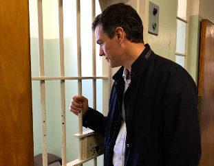 Pedro Sánchez frente a la celda en la que Nelson Mandela permaneció...