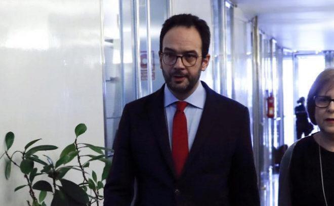 El portavoz del PSOE en el Congreso, Antonio Hernando, a su llegada a la reunión que el grupo parlamentario socialista.