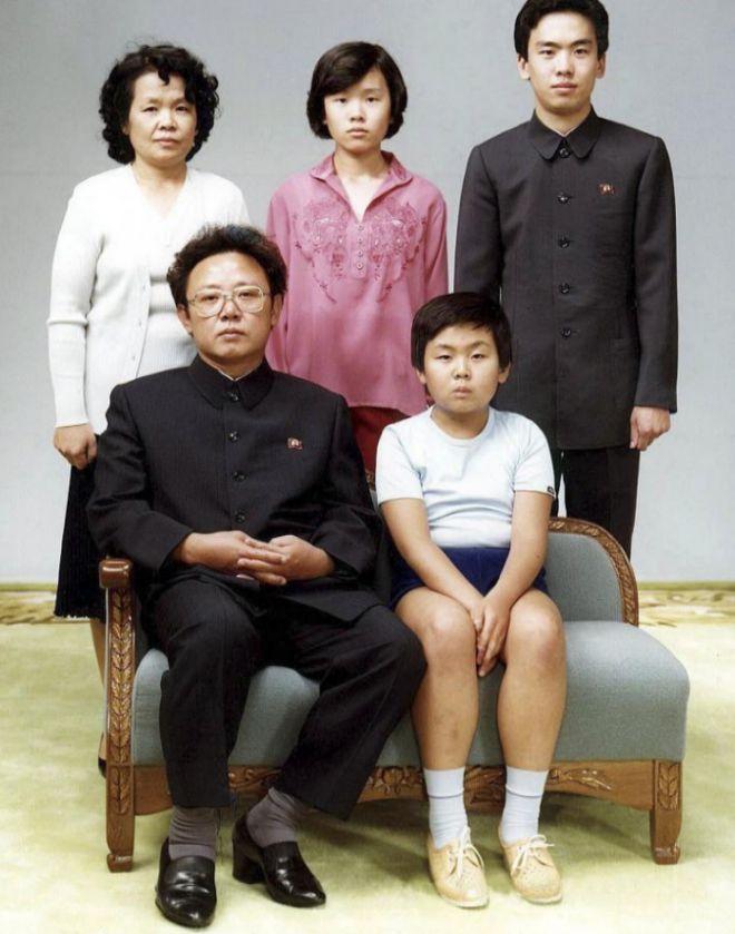 El fallecido Kim Jong Nam, sentado en primera fila junto a su padre y el resto de la familia.