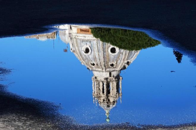Reflejo de la iglesia de  Santa Maria di Loreto en Roma.