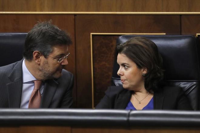 Rafael Catalá y Soraya Sáenz de Santamaría conversan en el...