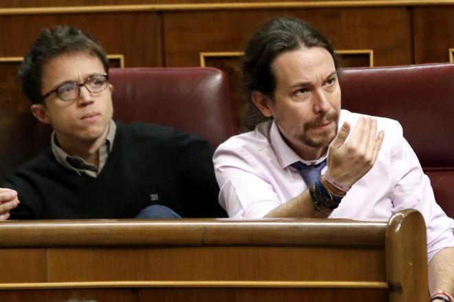 Pablo Iglesias gesticula desde su escaño en el enfrentamiento verbal...