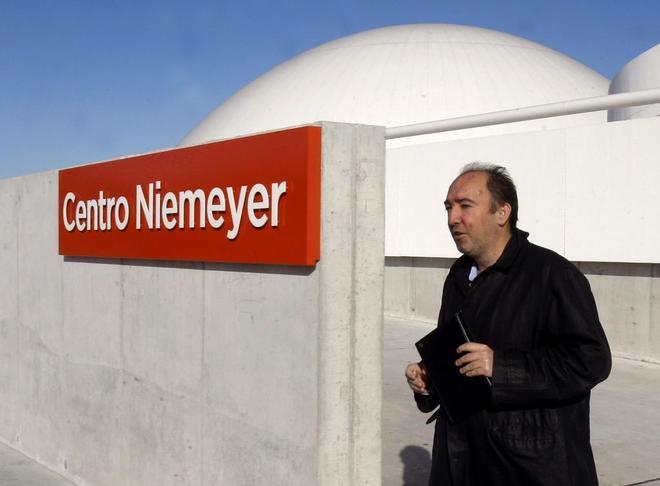 Natalio Grueso frente a la entrada principal del Instituto Niemeyer en...