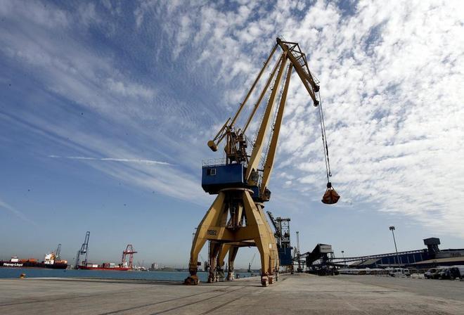 Panorámica del Puerto de Valencia, sin contenedores y con las grúas fuera de servicio por la jornada de huelga de los estibadores.