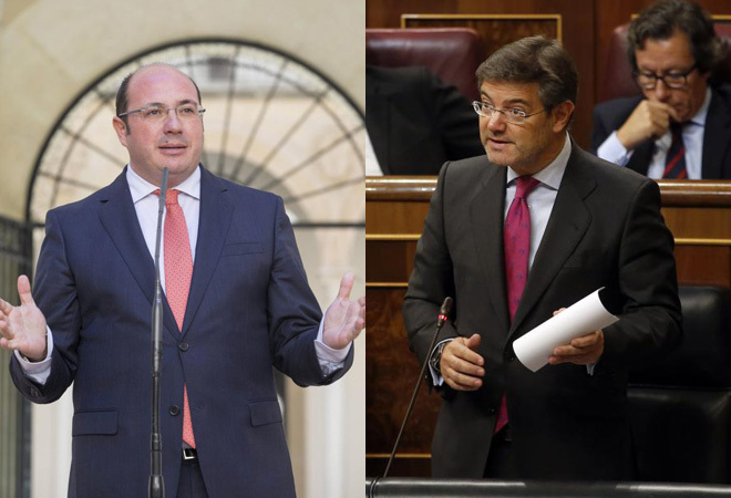 A la izquierda, Pedro Antonio Sánchez; a la derecha, Rafael Catalá.