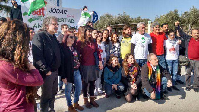 Joan Tardá, Teresa Rodríguez y Diego Cañamero, entre los concentrados a las puertas de la cárcel de Jaén.
