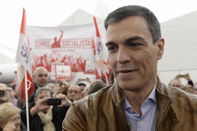 Pedro Sánchez saluda a los asistentes al acto público celebrado hoy...