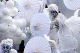Bailarines, flores y la indumentaria tradicional llenan las calles de...