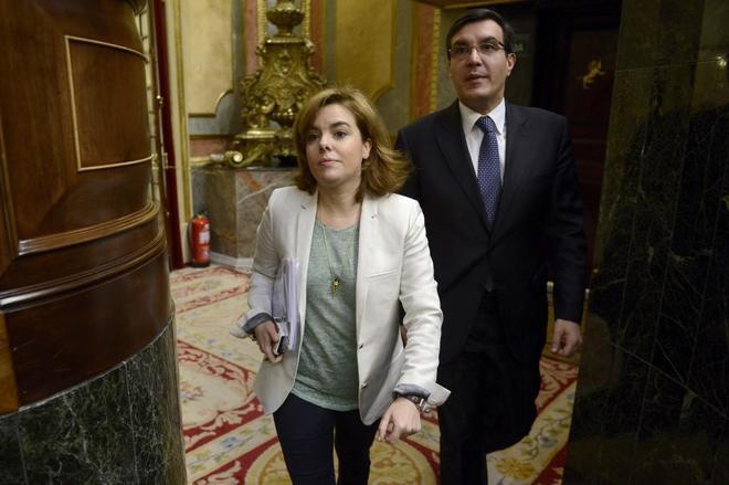 Soraya Sáenz de Santamarí, y José Luis Ayllón en el Congreso.