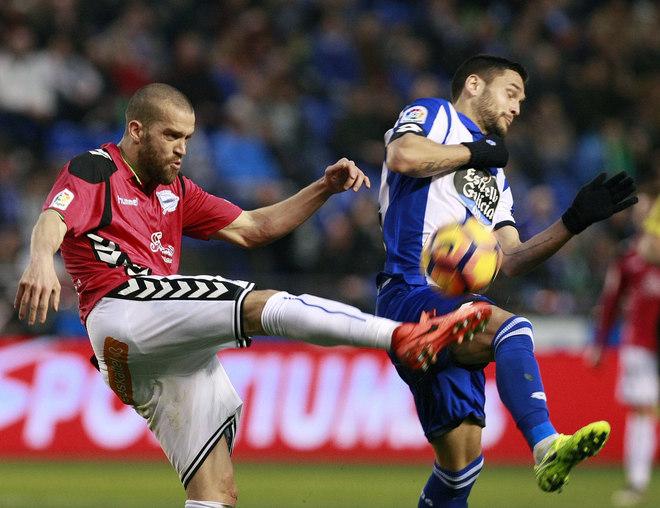 Laguardia despeja un balón ante el delantero coruñés Andone.