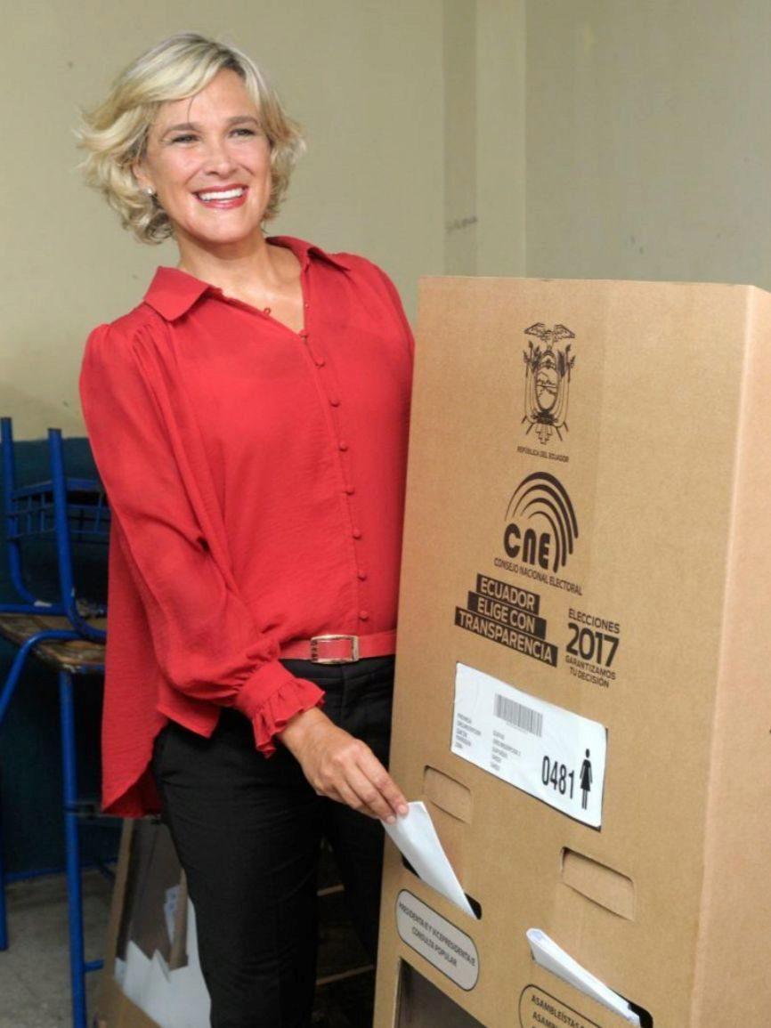 La candidata del Partido Social Cristiano, muestra las papeletas...