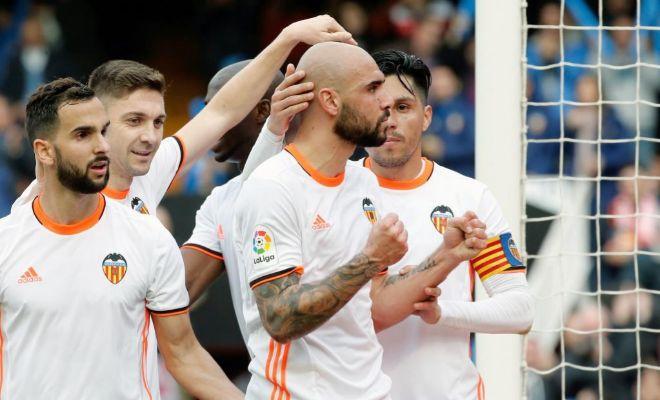 El delantero italiano Simone Zaza (c) celebra su gol, segundo para el Valencia ante el Athletic.