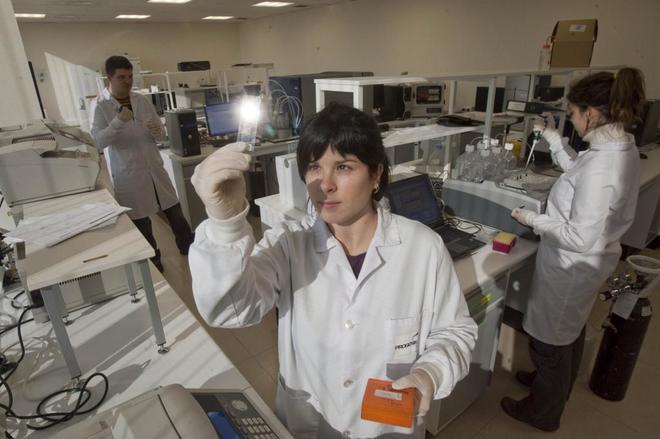 Mujeres trabajando en un laboratorio de una empresa dedicada a la biotecnología y estudio de ADN.