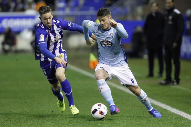 Marcos Llorente (Izda) pugna con el serbio Radoja por el control del balón.