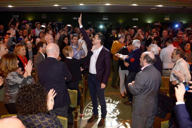 Pedro Sánchez saluda a los asistentes al acto celebrado esta tarde en...