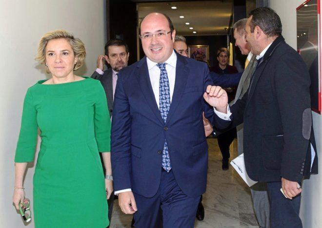 El presidente de Murcia, Pedro Antonio Sánchez, ayer junto a una...