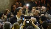 Pedro Sánchez saluda a los simpatizantes este lunes en el Círculo de...