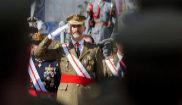 El Rey Felipe VI saluda durante el desfile militar, ayer lunes, en la...
