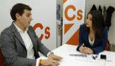 Albert Rivera conversa con Inés Arrimadas durante la reunión ayer de...