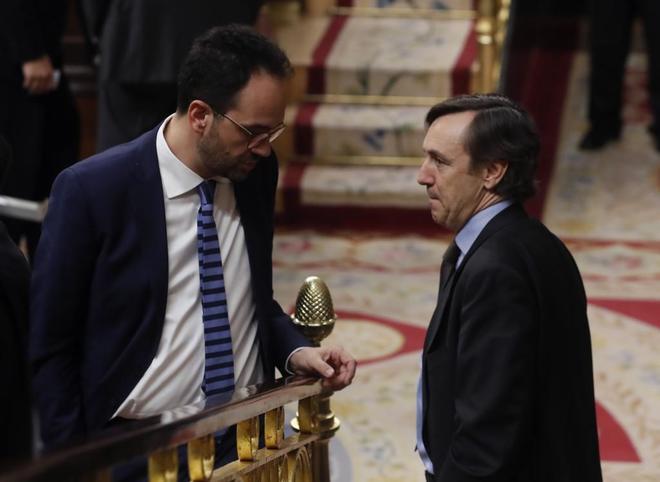 El socialista Antonio Hernando conversa con el 'popular' Rafael Hernando (dcha.), ayer en el Congreso.