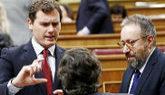 Albert Rivera, junto a Juan Carlos Girauta, ayer, durante la sesión...