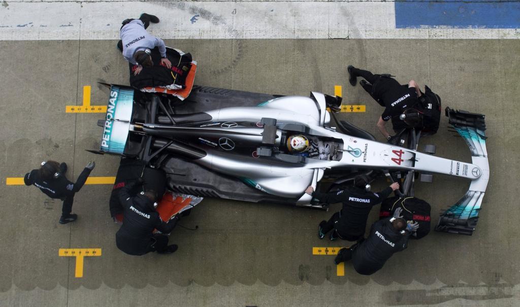 Salida de boxes de Lewis Hamilton, en el estreno del nuevo Mercedes.
