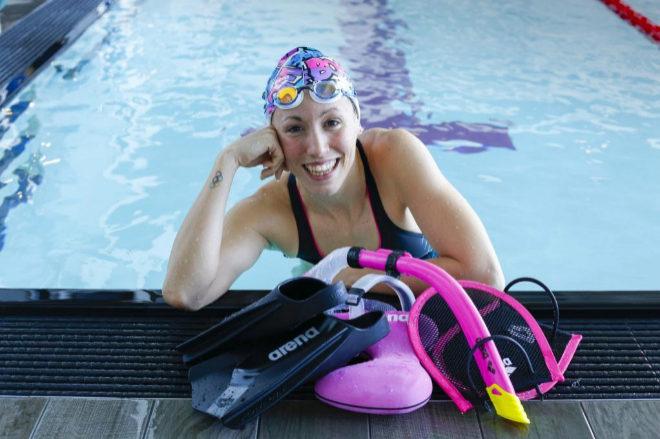 La nadadora, junto a los utensilios con los que suele entrenar.