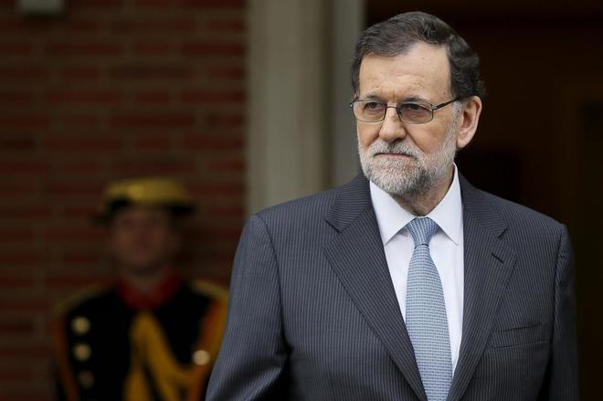 El presidente del Gobierno, Mariano Rajoy, espera frente a la Moncloa...