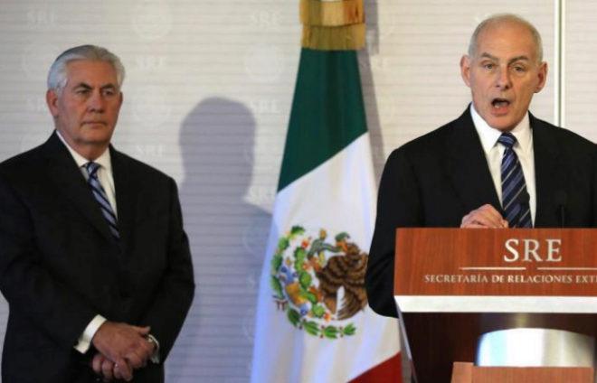 El Secretario de Seguridad Nacional, John Kelly, junto al secretario de Estado Tillerson, en Ciudad de México.