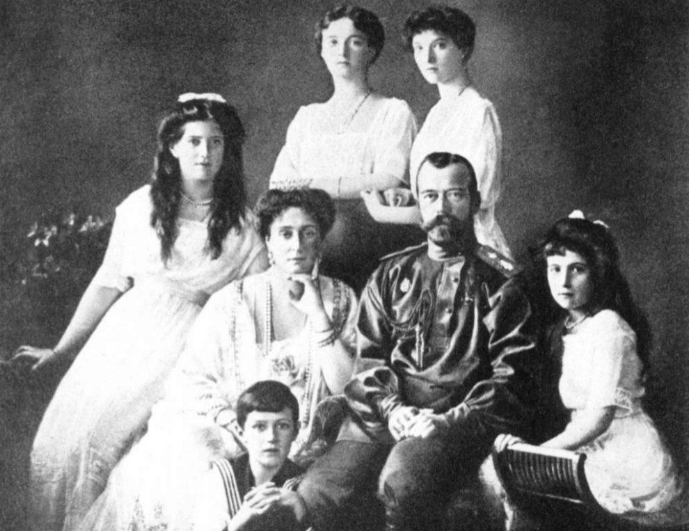 El último zar junto a su esposa, sus cuatro hijas y su hijo.