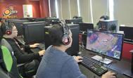 Trabajadores de la empresa taiwanesa Thermaltake testan videojuegos creados por la compañía.