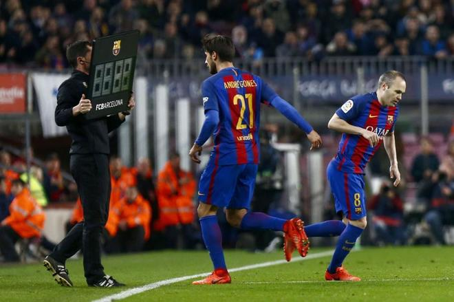 0a69a7db51701 Andrés Iniesta salta al campo