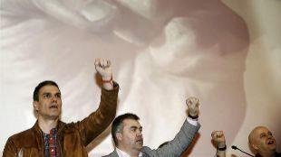 Pedro Sánchez junto a Odón Elorza durante el acto con militantes...