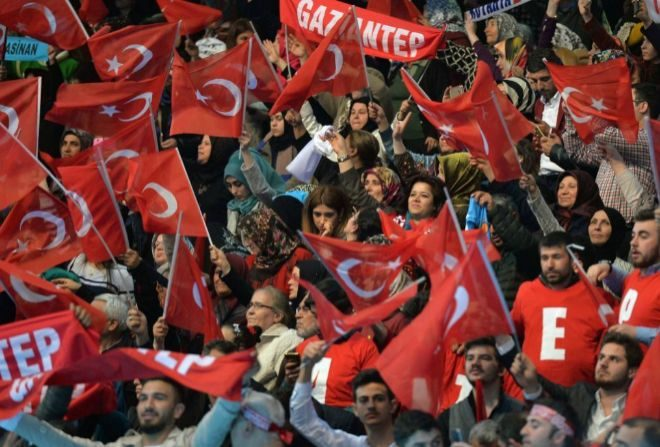Partidarios del partido gobernante de Justicia y Desarrollo (AKP) apoyando el referéndum,