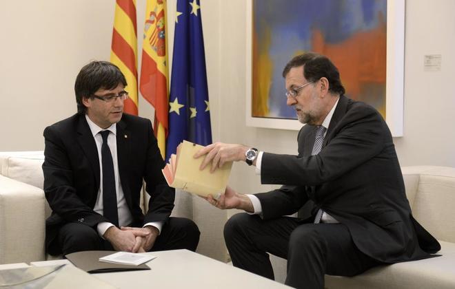 Carles Puigdemont y Mariano Rajoy, durante su primer encuentro en...