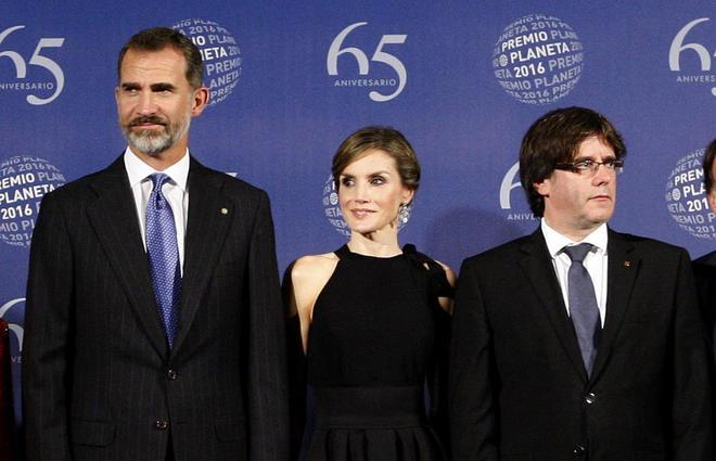 Los Reyes de España, junto a Carles Puigdemont, en la entrega de los Premios Planeta de 2016.
