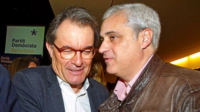 Mas saluda a su antiguo 'conseller' de Justicia Germà Gordó, ayer,...