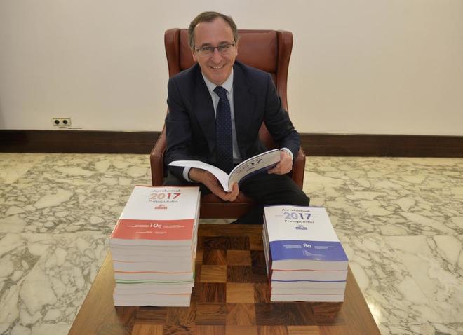 Alfonso Alonso con los tomos del proyecto de presupuesto de 2017.