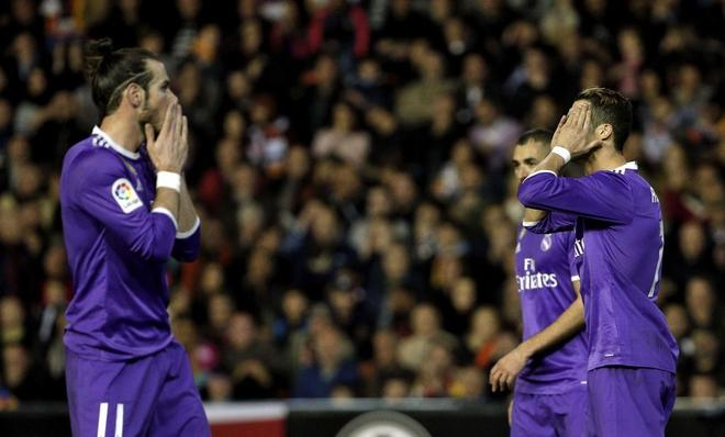Los jugadores del Real Madrid se lamentan tras perder en Mestalla.