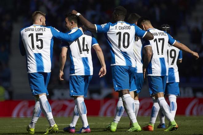 Los jugadores del Espanyol celebran uno de los goles ante Osasuna.