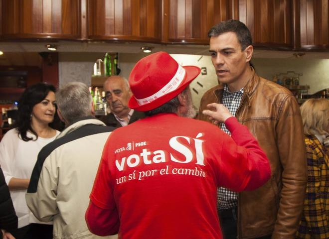 Pedro Sánchez conversa con un asistente al mitin de Aldeanueva de...