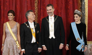 Los Reyes de España, junto al presidente argentino, Mauricio Macri, y...