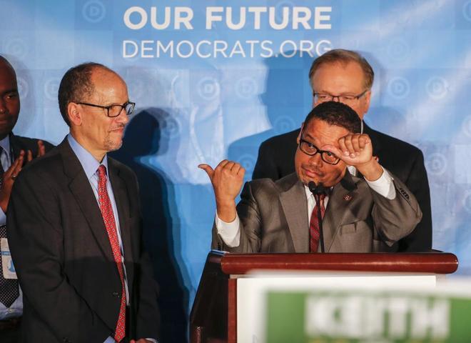 El demócrata Keith Ellison señala al que es su nuevo líder, Tom Pérez.