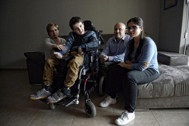 Carlos con su familia, sus padres Manuel y Eva, y su hermana Raquel, de 16 años.