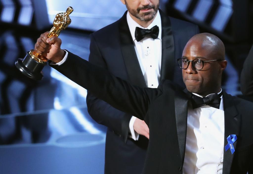 El director Barry Jenkins sostiene el Oscar a la mejor película...