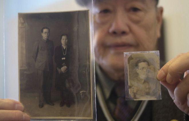Pan Hsin-hsing, el hijo de la 'víctima 228', muestra una foto de sus padres.